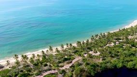 Iver сливая к тропической морской воде ясности пляжа с белым песком и бирюзы акции видеоматериалы