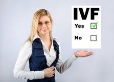 IVF 妇女拿着他们选择体外受精的一张查询表 图库摄影