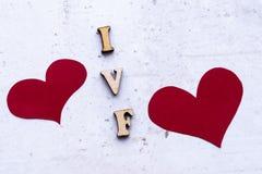IVF & x28; In Vitro Fertilization& x29; akronim & x28; abbreviation& x29; i czerwoni serca na lekkim tle zdjęcie royalty free