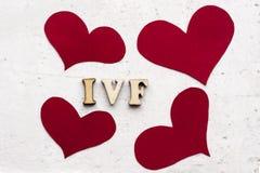 IVF & x28; In Vitro Fertilization& x29; akronim & x28; abbreviation& x29; i czerwoni serca na lekkim tle zdjęcia royalty free