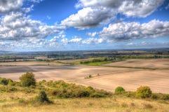 从Ivinghoe烽火台Chiltern小山五颜六色的HDR的白金汉郡英国的英国乡下 免版税库存图片