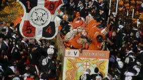IVREA, ITALIA - 27 febbraio 2017: Sequenza dalla rimessa in vigore: la battaglia delle arance in Ivrea stock footage