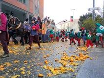 Ivrea Italien Mars 03 2019 Den traditionella karnevalet med apelsiner slåss royaltyfri foto