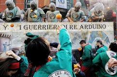 Ivrea Italien Mars 03 2019 Den traditionella karnevalet med apelsiner slåss arkivfoto