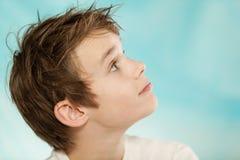 Ivrig stilig ung pojke som ser upp Royaltyfria Bilder