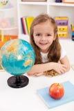 ivrigt går den lyckliga preschoolerskolan till arkivfoton