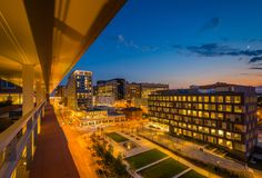 Ivrigt parkera och det Johns Hopkins sjukhuset p? natten, i Baltimore, Maryland royaltyfria bilder