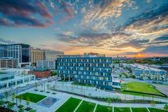 Ivrigt parkera och det Johns Hopkins sjukhuset p? solnedg?ngen, i Baltimore, Maryland arkivfoton