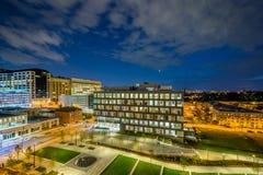 Ivrigt parkera och det Johns Hopkins sjukhuset p? natten, i Baltimore, Maryland royaltyfri fotografi