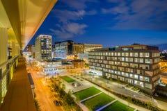 Ivrigt parkera och det Johns Hopkins sjukhuset p? natten, i Baltimore, Maryland arkivfoto