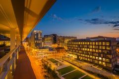 Ivrigt parkera och det Johns Hopkins sjukhuset p? natten, i Baltimore, Maryland arkivbild