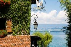 Ivy Covered Stone House con las flores, los barcos y el lago rojos en un Su fotografía de archivo libre de regalías