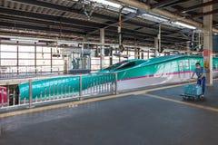 Iwate, Japón - abril 27,2014: Trenes de bala de Shinkansen de la serie E5 foto de archivo libre de regalías
