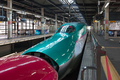 Iwate, Japón - abril 27,2014: Trenes de bala de Shinkansen de la serie E5 y E6 fotos de archivo