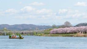 Iwate, Japón - 19 de abril: Barco turístico y orilla Ch de Kitakami Imagen de archivo