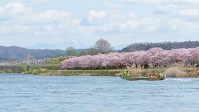Iwate, Japón - 19 de abril: Barco turístico y orilla Ch de Kitakami fotografía de archivo libre de regalías