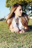 Iwoman en la hierba n el parque Foto de archivo libre de regalías