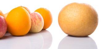 小组节目苹果、亚洲梨和桔子IX 库存图片