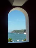 Ixtapa海岛看法通过窗口 图库摄影