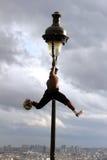 Iya特拉奥雷-一位专业足球运动员在蒙马特做足球自由式示范在巴黎 库存照片