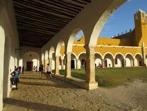 Izamal修道院的俏丽的曲拱在尤加坦 免版税库存图片