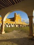 Izamal修道院的俏丽的曲拱  库存图片