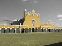 Izamal gelbe Kirche mit schwarzem u. weißem Himmel Lizenzfreies Stockfoto