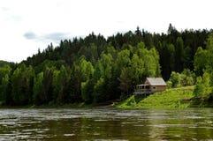 Izba auf dem sibirischen Bergtaiga und dem Fluss Mana Stockbilder