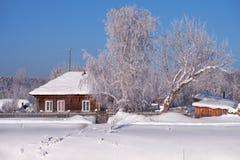 Izba russo tradizionale della casa di campagna in villaggio Talitsa sotto Fotografia Stock Libera da Diritti