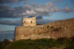 Izborsk Festung Ein Fragment abend Lizenzfreie Stockbilder