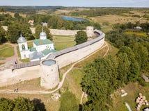 Izborsk middeleeuwse Russische vesting het Kremlin met een kerk Luchthommelfoto Dichtbij Pskov, Rusland De Mening van het Oog van royalty-vrije stock afbeelding