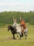 IZBORSK, RUSSIA - 6 AGOSTO: Cavallerizzi non identificati Immagini Stock Libere da Diritti
