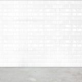 Izbowa perspektywa, biała ceramicznej płytki ściana i cement ziemia, fotografia royalty free