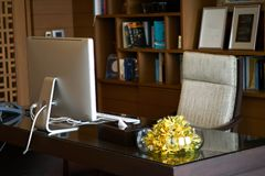 Izbowy biuro kierownik lub dyrektor szkoły zawieramy komputerowego karło v zdjęcie royalty free