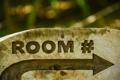 Izbowy drewniany znak przy tropikalną wyspą przy Maldives obraz stock
