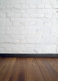 Izbowy wewnętrzny rocznik z białym ściana z cegieł Zdjęcia Stock