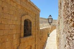Izbowy widok od okno w starym miasteczku zwężać się antyczną ulicę z lampionem w słonecznym dniu pod niebieskim niebem obrazy royalty free