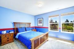 Izbowy wnętrze w jaskrawym błękitnym kolorze Fotografia Royalty Free