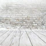 Izbowy wnętrze z białą ściana z cegieł i drewna podłoga fotografia stock