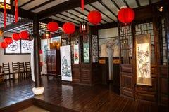 Izbowy wnętrze z chińczykiem Popiersia Confucius Tzu i Lao Zdjęcie Royalty Free