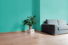 Izbowy wnętrze z jaskrawą drewnianą podłoga z seledyn ścianą, mod Zdjęcia Royalty Free