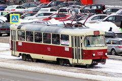 IZHEVSK,俄罗斯- 2018年1月31日:在城市街道的经典苏联电车模型 图库摄影