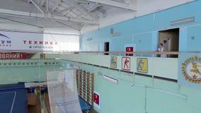 IZHEVSK, ΡΩΣΙΑ - MART 2014: Εναέρια άποψη gymnast εξαιρετικά που πηδά το μπροστινό κτύπημα απόθεμα βίντεο