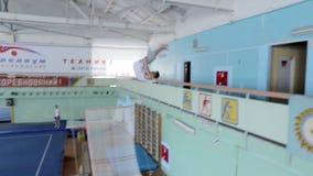 IZHEVSK, ΡΩΣΙΑ - MART 2014: Εναέρια άποψη gymnast που πηδά από το μπαλκόνι απόθεμα βίντεο