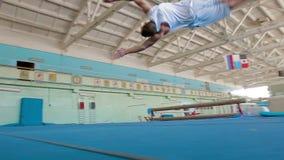IZHEVSK, ΡΩΣΙΑ - MART 2014: Gymnast που κάνει τις δύσκολες ακροβατικές επιδείξεις φιλμ μικρού μήκους
