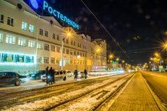 izhevsk Opinión de la tarde de las calles de la ciudad del invierno Fotografía de archivo libre de regalías