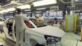 Izhevsk, Rusia - 15 de diciembre de 2018: Planta de fabricación producción del nuevo coche de LADA en la fábrica de automóvil AVT almacen de video