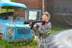 Izhevsk, Rusia - 2 de junio de 2018: Chica joven con un arma del laser, jugando al juego del tiroteo del lasertag, simulación de  Fotos de archivo
