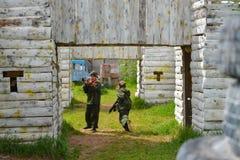 Izhevsk, Rusia - 2 de junio de 2018: los niños con el laser disparan contra, jugando al juego del tiroteo del lasertag, simulació Foto de archivo