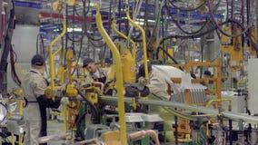 Izhevsk, Rusland - December 15 2018: Arbeiders bij de lopende bandproductie van nieuwe LADA-auto bij Automobiele Fabriek AVTOVAZ  stock video